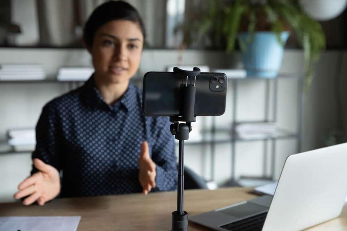 Statt Webcam die Handykamera verwenden: So gehts! Foto: fizkes / shutterstock.com