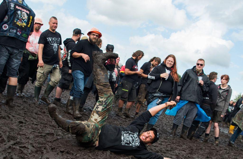 Friedlich feiernde Heavy-Metal-Fans prägten das Bild beim Wacken Open Air. Foto: dpa