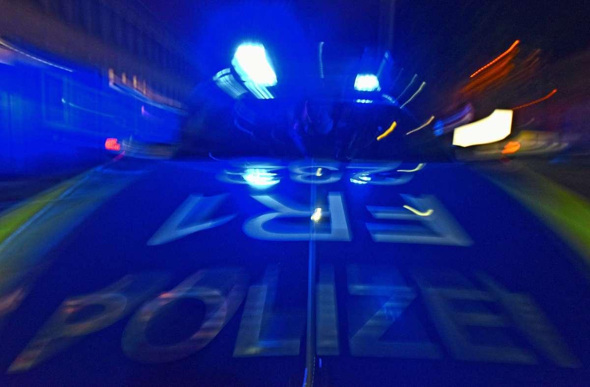 Der Tatverdächtige, den die Polizei ermittelt hat, ist 43 Jahre alt, die mutmaßliche Tatwaffe wurde auch gefunden. (Symbolbild) Foto: dpa/Patrick Seeger