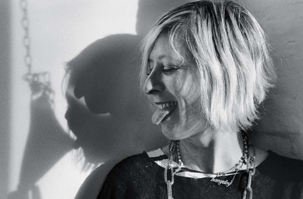"""Monica Bonvicini, italienische Künstlerin und Professorin für Bildhauerei im Jahr 2012, fotografiert von Angelika Platen. """"Meine Zunge gehört mir"""" heißt das Porträt, anzuschauen in dem Bildband """"Meine Frauen"""". Foto: Verlag Hatje Cantz/Angelika Platen"""