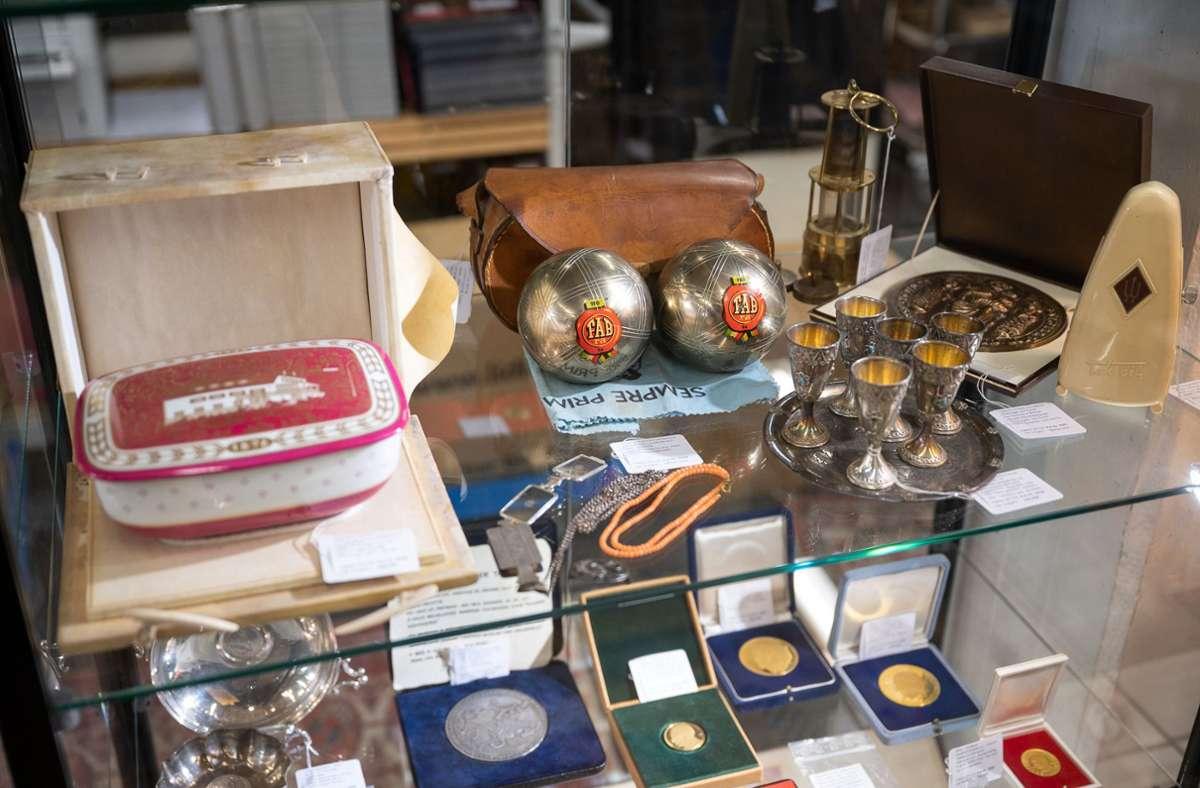Diese persönlichen Gegenstände aus dem Nachlass der Adenauer-Familie fanden am Samstag neue Besitzer. Foto: dpa/Sebastian Gollnow
