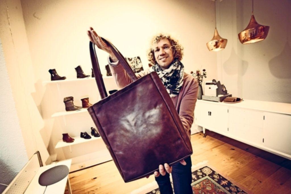 Da passt alles Wichtige rein:  Sven Schulze  mit seiner Ledertasche Foto: