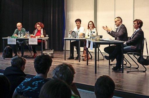 Die Moderatoren Maria Stickel und Luca Lorenzetti (Mitte) sorgen dafür, dass die Kandidaten Klartext reden. Foto: factum/Granville