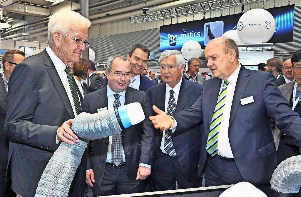 Unterwegs auf der Industriemesse in Hannover: Ministerpräsident Winfried Kretschmann am Stand des Esslinger Automatisierungsspezialisten Festo. Foto: dpa