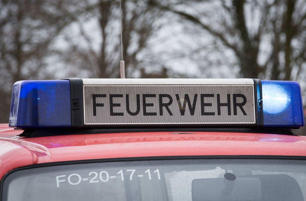 Die Feuerwehr war mit drei Fahrzeugen im Einsatz. (Symbolbild) Foto: picture alliance/dpa/Friso Gentsch