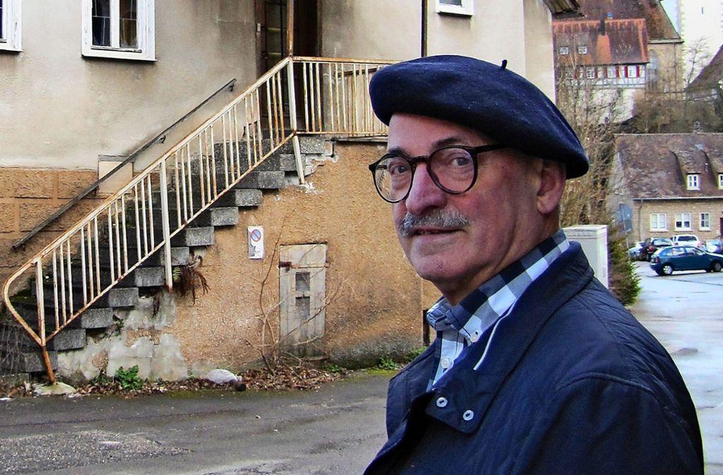 Wolfgang Härtel  hat sich mit der Historie des Gasthauses Hirsch befasst, auf seiner Internetseite kann man mit der Wirtstochter  auf Zeitreise gehen. Foto: Barner