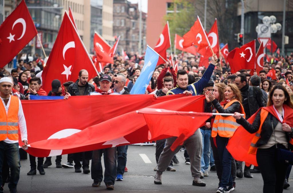 In Stuttgart enden immer mehr Demonstrationen von Türken und Kurden in Chaos und Gewalt. Foto: dpa