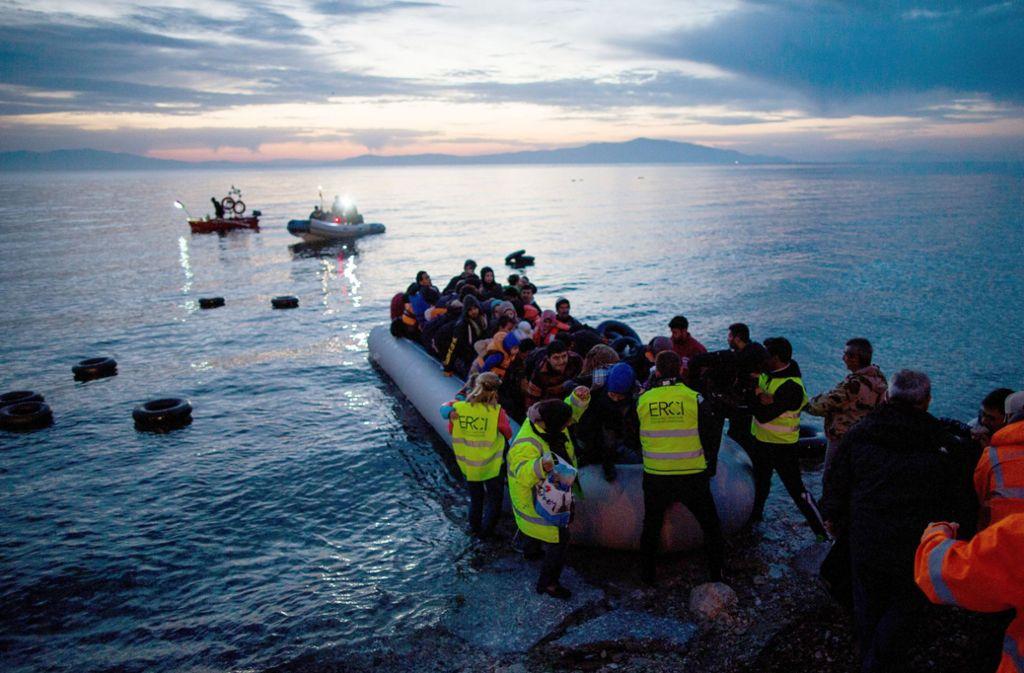 Flüchtlinge kommen in einem Schlauchboot aus der Türkei auf der griechischen Insel Lesbos in der Nähe der Hafenstadt Mitilini an. Foto: dpa/Kay Nietfeld