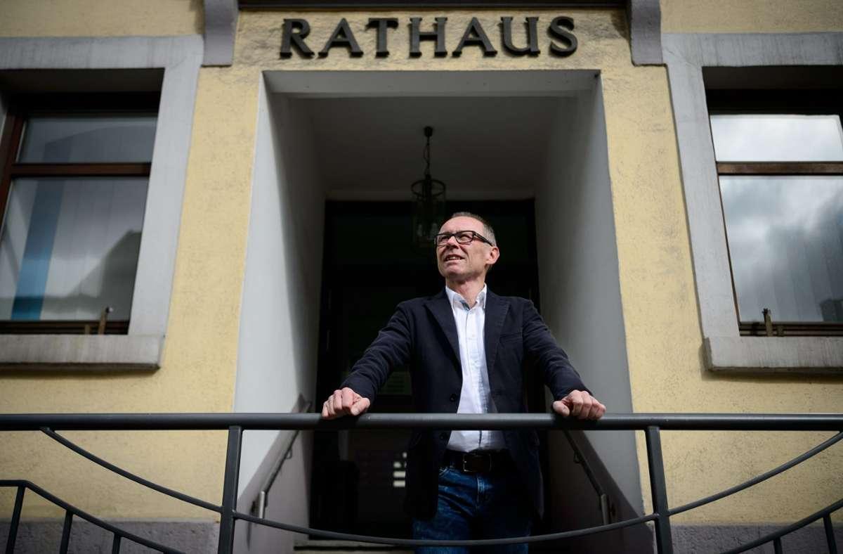 Harry Ebert, Bürgermeister der Stadt Burladingen und AfD-Mitglied, steht vor dem Rathaus Archivf Foto: dpa/Sina Schuldt