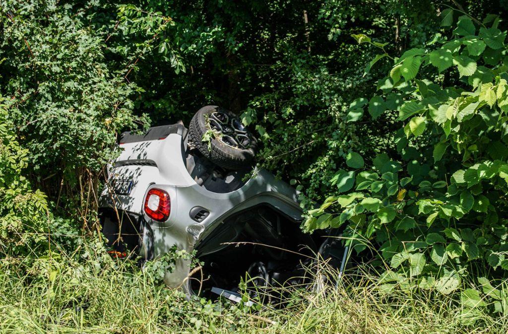 Ein Smart-Fahrer ist mit seinem Auto am Freitag in einer Böschung gelandet. Foto: SDMG