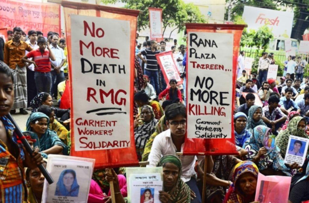 extilarbeiter verlangen mehr Lohn und Entschädigungen für das Unglück von Rana Plaza.Textilarbeiter verlangen mehr Lohn und Entschädigungen für das Unglück von Rana Plaza.  Näherinnen in Bangladesch gehören zu den am niedrigsten bezahlten der Welt. Foto: AFP