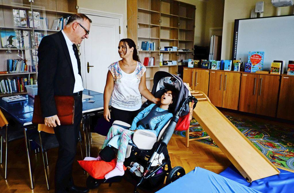 Besuch im Kinderhospiz: Landesbischof Frank Otfried July mit Claudia Dorn und  ihrer Tochter Lisa. Foto: Lichtgut/Max Kovalenko