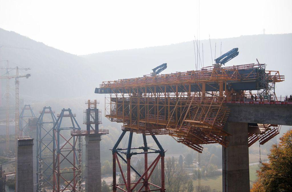 Ein Teil der Betonverschalung ist auf der Baustelle der Filstalbrücke am Aichelberg bereits in das Tal vorgeschoben. Die Brücke ist Teil der Neubaustrecke Wendlingen-Ulm des Bahnprojekts S21. Foto: dpa