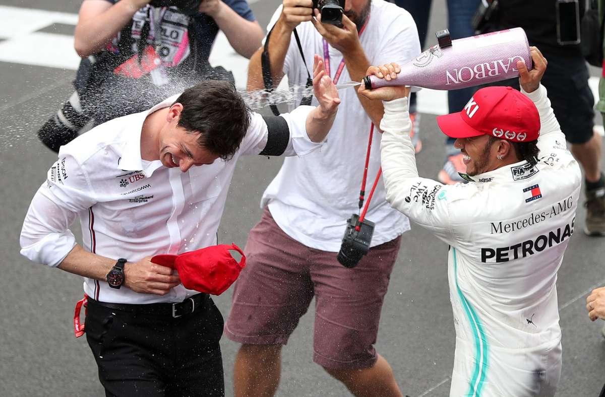 Die Verträge sollen verlängert werden: Lewis Hamilton (rechts)    vom Team Mercedes AMG Petronas Motorsport feiert seinen Sieg in Monaco mit Toto Wolff, dem Mercedes-Teamchef. Foto: dpa/David Davies