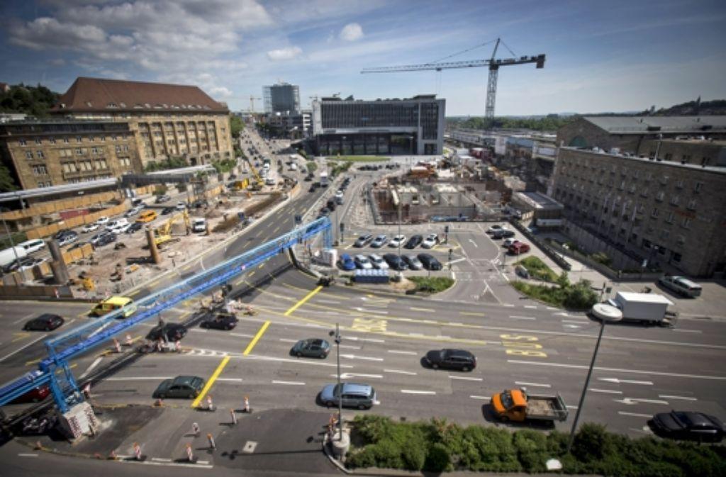 Am Sonntagmorgen geht es los mit der Fahrbahnverlegung. In der folgenden Bilderstrecke sehen Sie Fotos von den Bauarbeiten am Arnulf-Klett-Platz im Mai. Foto: Achim Zweygarth