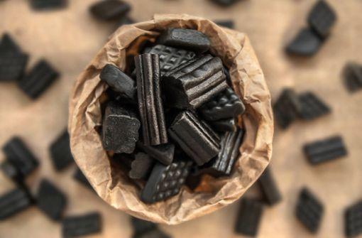 Woraus Lakritz besteht und wie die Süßigkeit hergestellt wird, erfahren Sie hier. Zutaten, Herstellung und die Geschichte von Lakritz im Überblick.