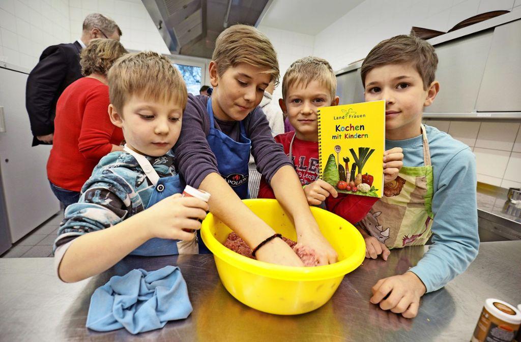 Julian, Justus, Benjamin und Kilian (von links) machen Fleischküchle. Foto: Jan Potente