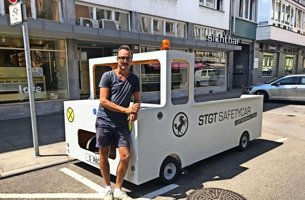 Gerhard Wollnitz  mit seinem mobilen Parklet im Gerberviertel. Foto: Haar