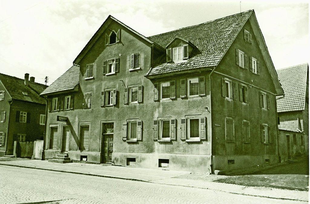 1963 sah das einst herrschaftliche Wohnhaus Jakob Briems nicht mehr attraktiv aus.  Aktuell wird die Fassade des Hauses erneuert. Foto: Stadtarchiv Filderstadt