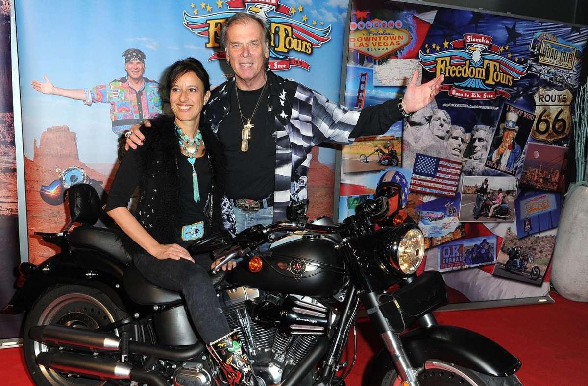 Der Schauspieler Wolfgang Fierek und seine Frau Djamila mit Harley-Davidson Foto: dpa/Ursula Düren