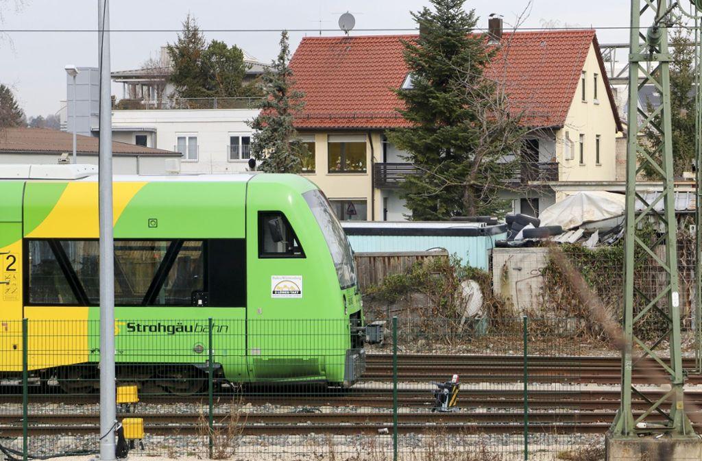 In Korntal fährt die Bahn nahe am Wohngebiet vorbei. Foto: factum/Granville