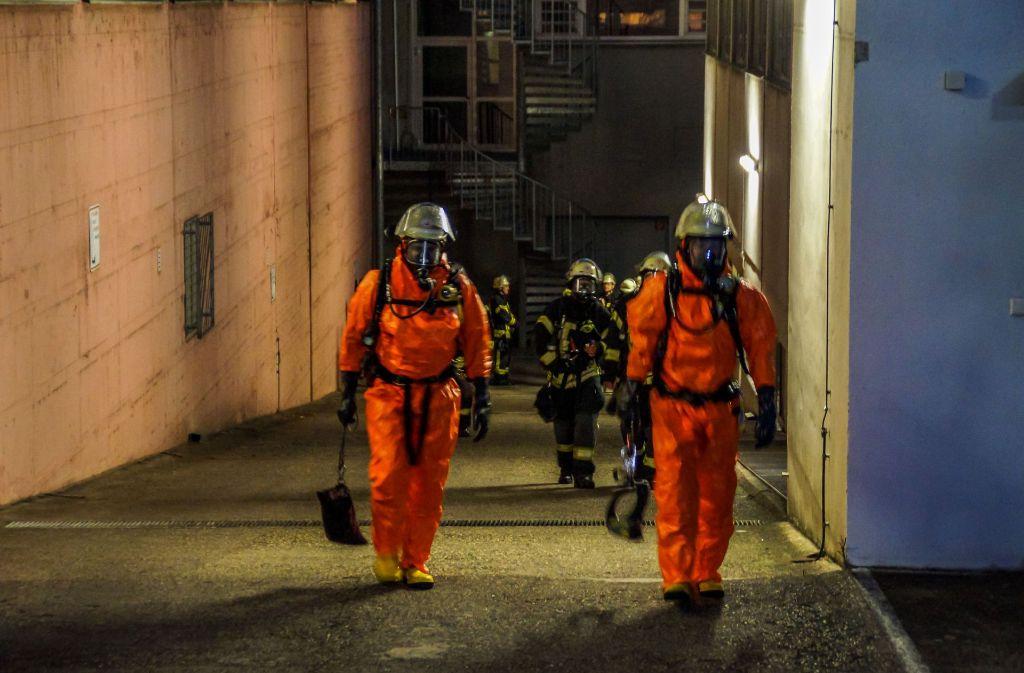Die Feuerwehrmänner müssen mit Atemgerät und Schutzanzügen in das Schwimmbad. Foto: SDMG