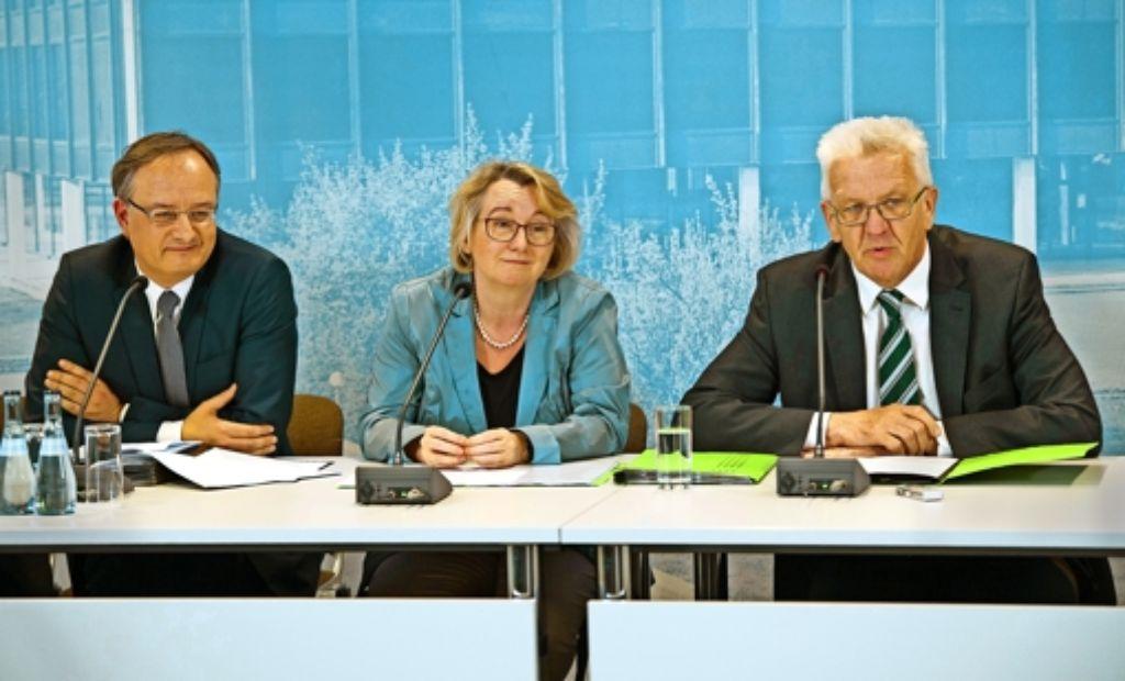 """Kultusminister Andreas Stoch (SPD), Wissenschaftsministerin Theresia Bauer und Ministerpräsident Kretschmann (beide Grüne) mussten die Gemüter beruhigen, nach dem die Fraktionen das Zukunftspapier """"Gymnasium 2020""""   kritisiert hatten. Foto: dpa"""