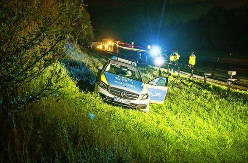 Polizeiauto schleudert  von der Autobahn