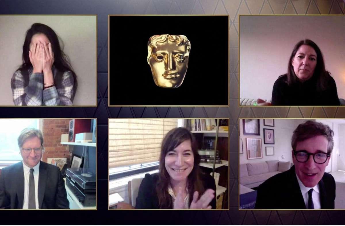 """Auch die Baftas finden in diesem Jahr digital statt - Die chinesische Regisseurin Chloé Zhao (l. oben) freut sich mit ihren Kollegen über den Preis bei den Bafta Awards für den besten Film für """"Nomadland"""". Foto: AFP"""