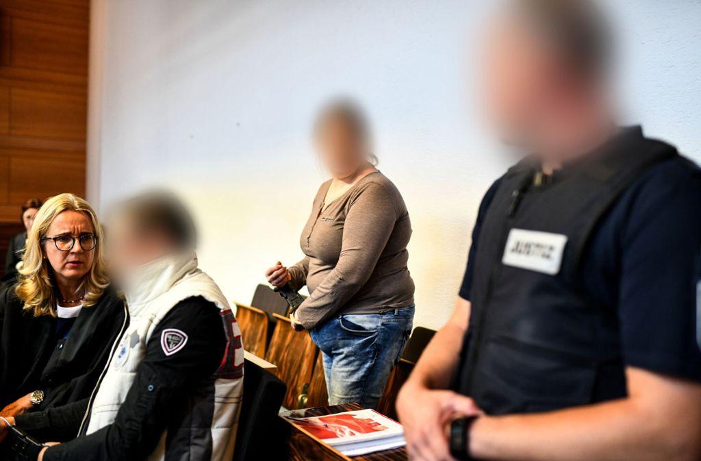Die Mutter des missbrauchten Neunjährigen  (Mitte) sei sehr fordernd aufgetreten, rechtfertige jetzt eine Richterin als Zeugin, warum sie den Jungen in seine Familie zurückgeschickt hat. Foto: dpa