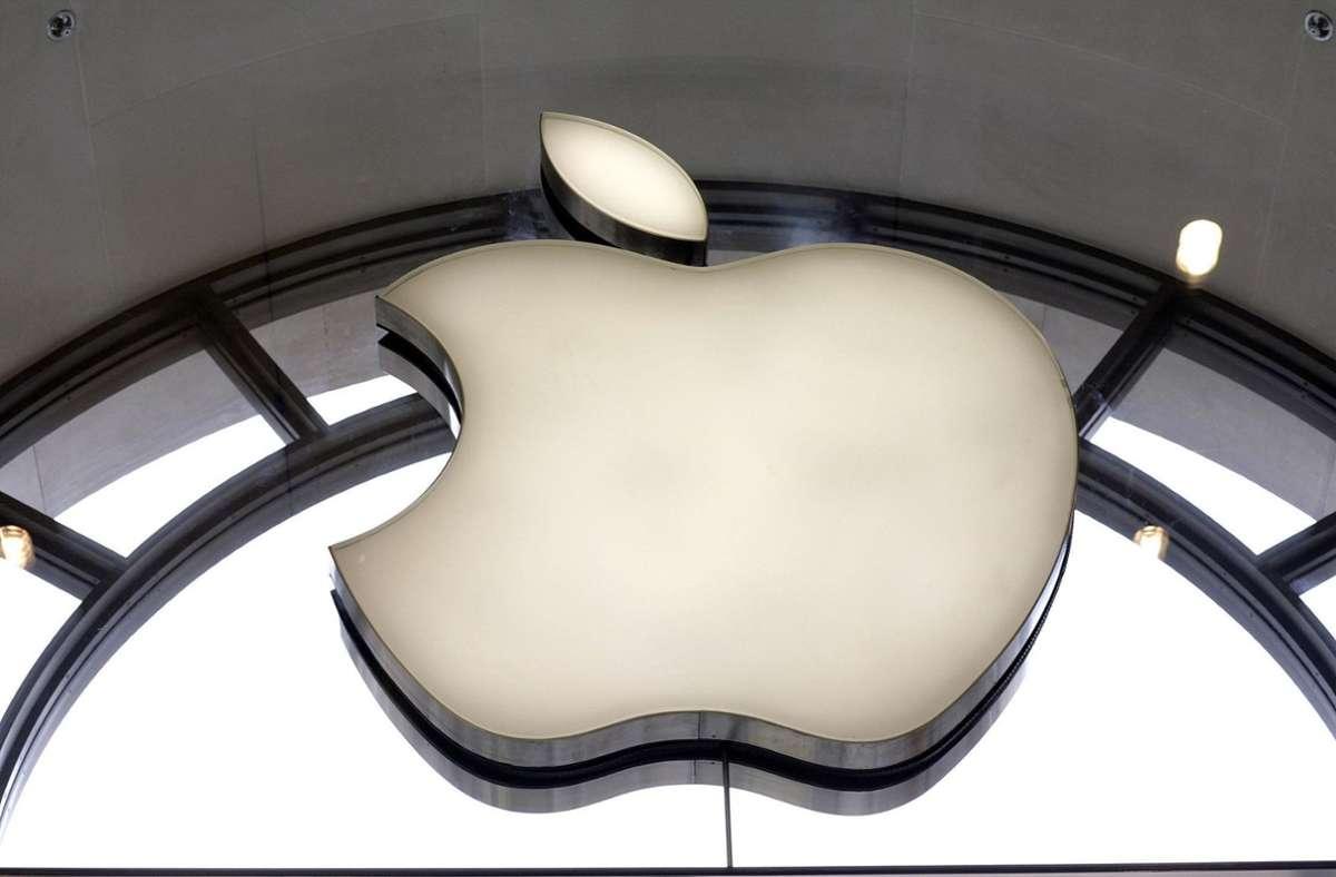 Das Apple-Logo im Fenster eines Ladens. Foto: picture alliance/dpa/Edmond Terakopian