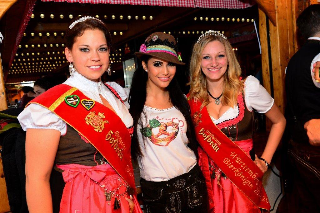 Mia Gray (Mitte) hat am Samstag im Almhüttendorf auf dem Cannstatter Volksfest kräftig gefeiert. Mit von der Partie war auch ... Foto: www.7aktuell.de |