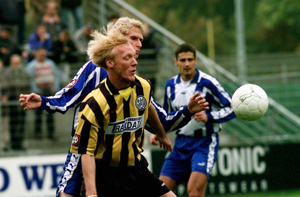 Eine Szene aus vergangenen Zeiten: Achim Pfuderer von den Stuttgarter Kickers kämpft gegen  Marcus Feinbier von der SG Wattenscheid  um den Ball. Foto: Rudel