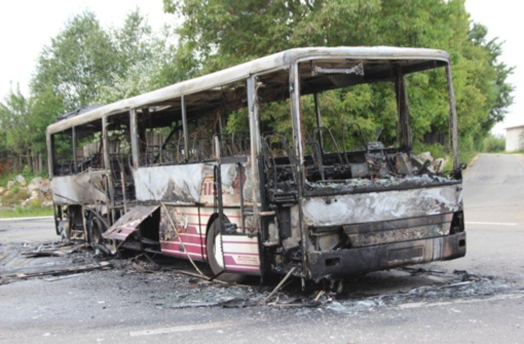 Ein Schulbus ist am Montag in Bad Urach (Kreis Reutlingen) in Flammen aufgegangen. Foto: 7aktuell.de/Felder