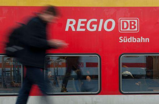 Jugendliche werfen Steine auf Zug