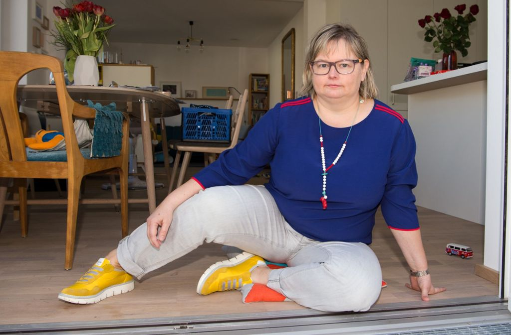 Stefanie Palm will Hürden  wegräumen – und wenn es nur hinderliche Türschwellen sind. Foto: Oliver Willikonsky - Lichtgut