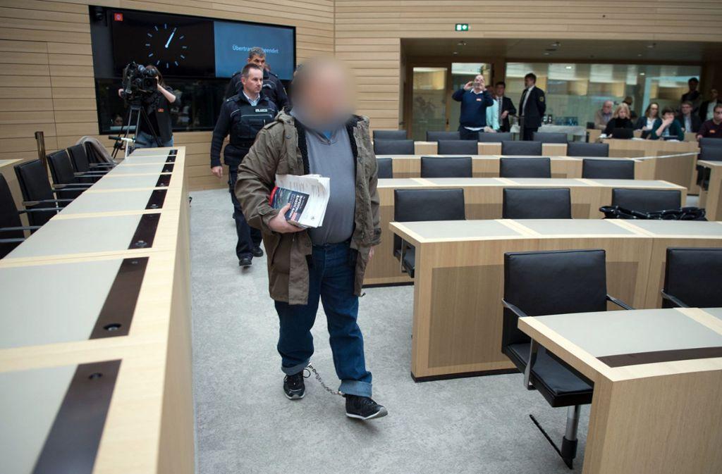 Ex-Neonazi Tino Brandt betrat den Plenarsaal zur Befragung in Fußfesseln. Foto: dpa