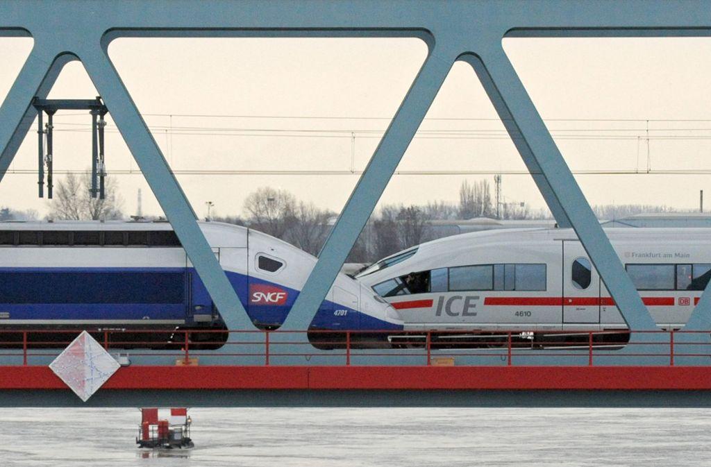 Ein französischer TGV und ein deutscher ICE auf der Rheinbrücke bei Kehl. Foto: dpa