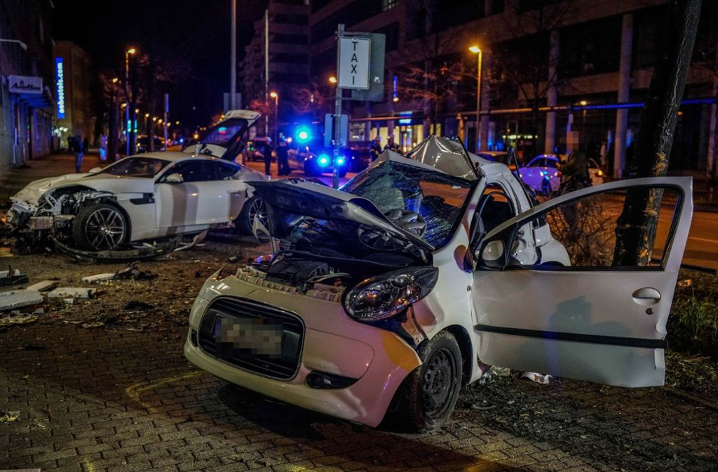 In dem Kleinwagen starben beim Unfall im März zwei Menschen. Foto: SDMG/Kohls