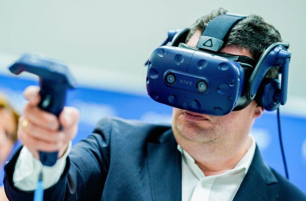 Hubertus Heil bei einem Besuch des Chemiekonzerns BASF: Der Minister will die Beschäftigten auf den technologischen Wandel vorbereiten. Foto: dpa
