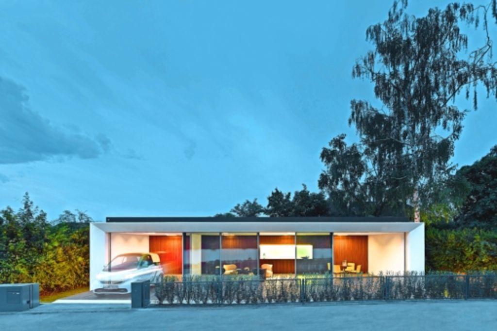 """Zur Straße ist das Haus voll verglast. Die Terrasse vor der Fensterfront lässt sich hochklappen, dann wird aus dem Gebäude eine """"superwärmegedämmte"""" Box. Foto: Zooey Braun"""