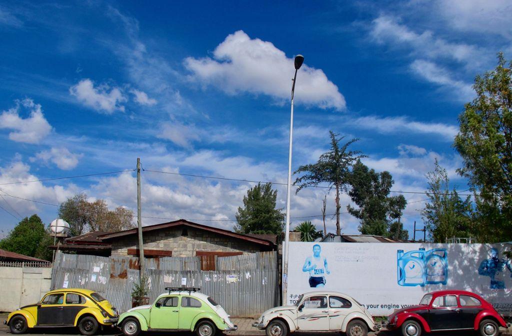 """Vier """"Beetles"""" in einer Straße von Addis Abeba: Zum Teil viele Jahrzehnte alte VW-Käfer bevölkern zu Tausenden die äthiopische Hauptstadt. Foto: Johannes Dieterich"""