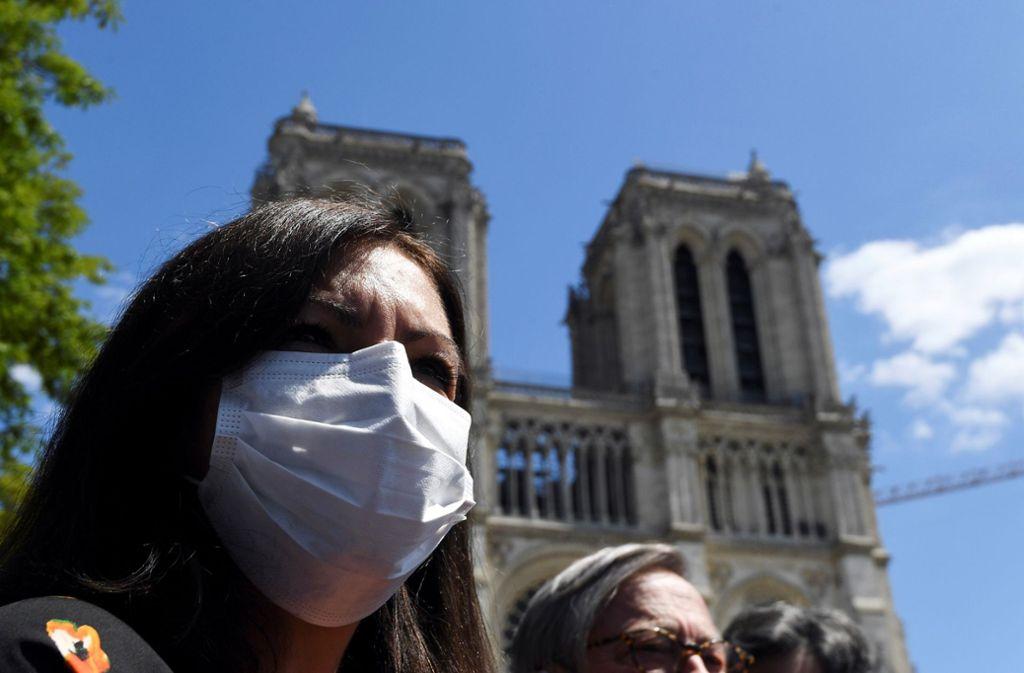 Anne Hidalgo, die Bürgermeisterin von Paris, verkündet feierlich die Öffnung des Platzes vor der Kathedrale von Notre-Dame. Foto: AFP/ALAIN JOCARD