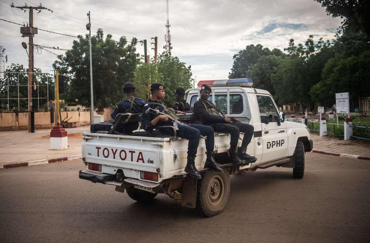 Niger, Niamey: Bewaffnete Polizisten sitzen auf einem Toyota-Pickup in der Hauptstadt der Republik Niger. Foto: dpa/Arne Immanuel Bänsch
