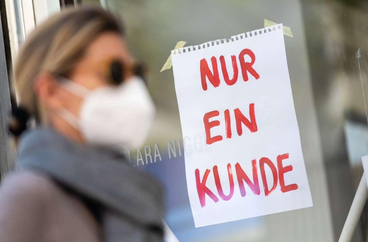 In Deutschland gilt beim Einkaufen weiter Maskenpflicht. Foto: dpa/Peter Kneffel