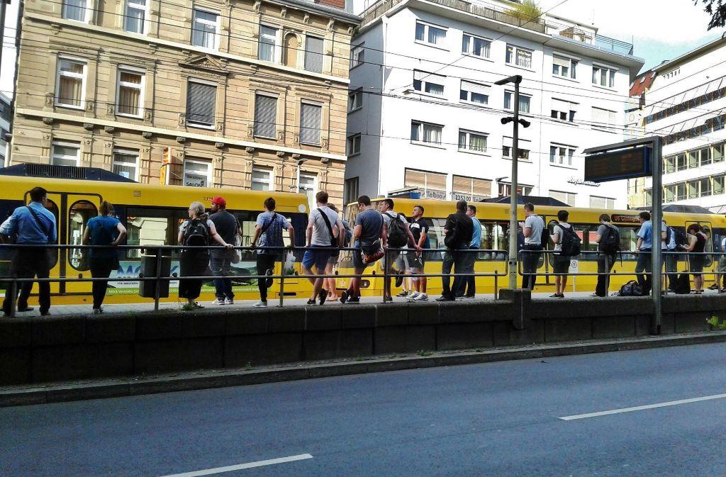 Da standen sie halt, die Fahrgäste und Züge: Am Dienstag war bei den SSB der Wurm drin. Foto: 7aktuell.de/Andreas Friedrichs