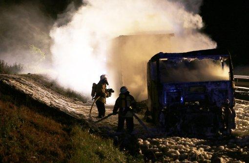 Brennender Lkw blockiert Autobahn