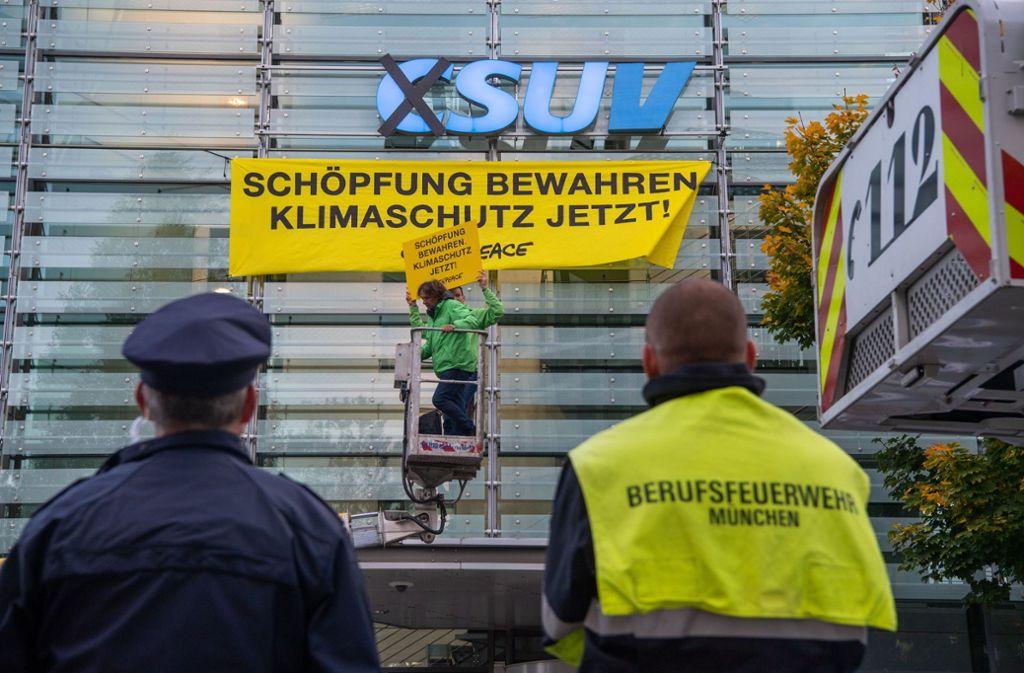 """Auf der Parteizentrale stand am Mittwoch nicht mehr """"CSU"""", sondern """"SUV"""". Foto: dpa/Lino Mirgeler"""