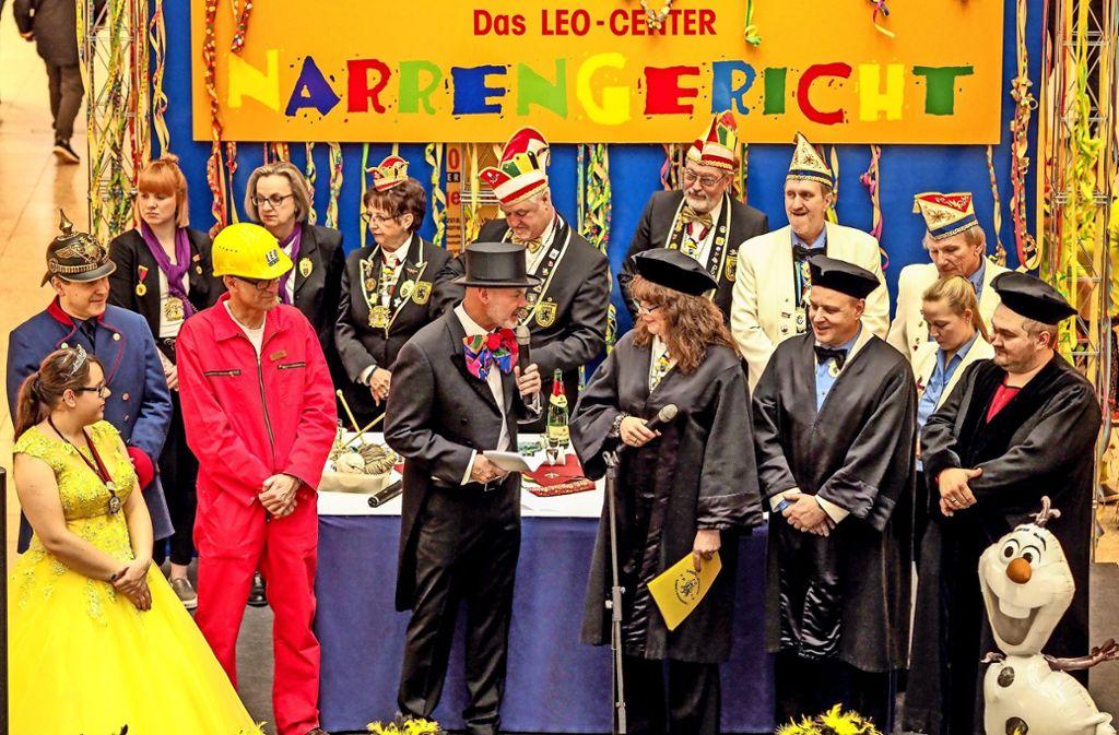 Der Bürgermeister Martin Kaufmann (mit Zylinder) muss Narrenrichterin Monika Raffler  Rede und Antwort stehen. Foto: factum/Weise