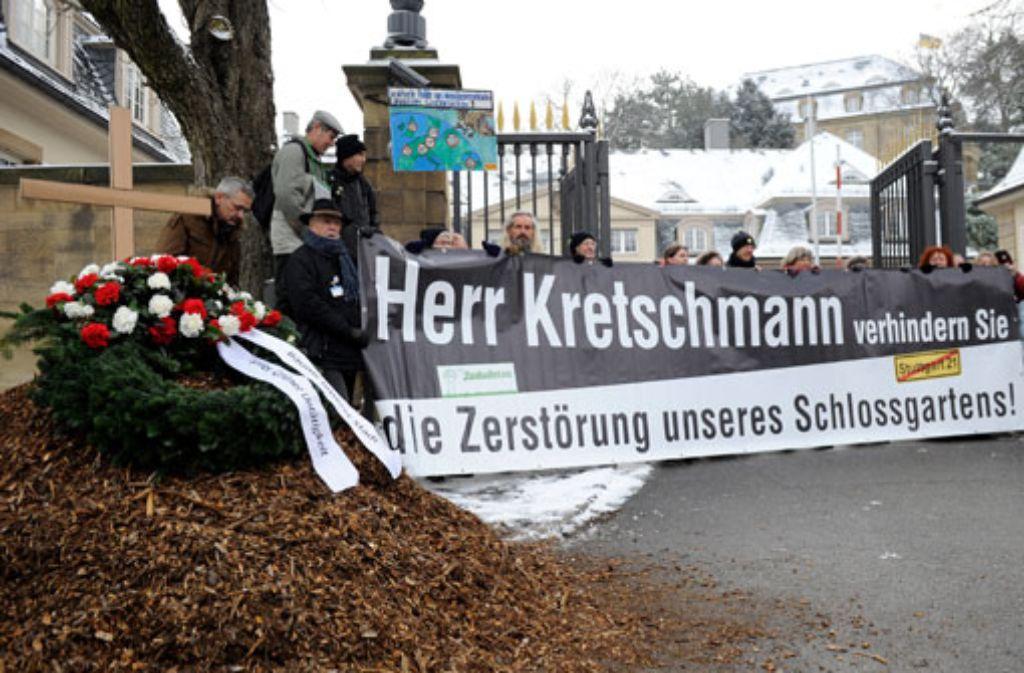 Die Parkschützer protestieren vor der Villa Reitzenstein. Foto: dapd